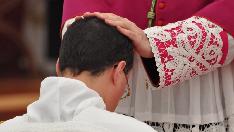 Imposizione delle mani da parte del Vescovo