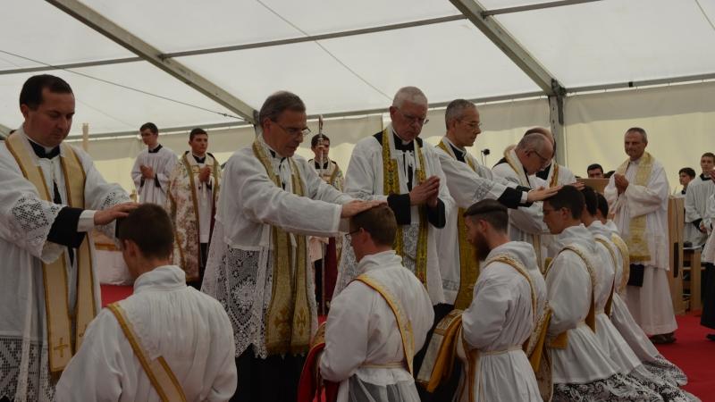 Imposizione delle mani da parte del sacerdoti presenti